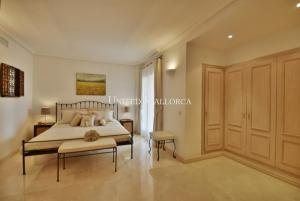 07 Master bedroom with bath en suite