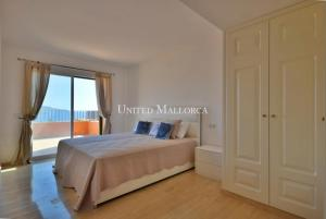 1011886 Master bedroom with sea view