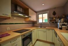 009 Fitted kitchen